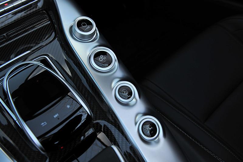 インテリアでは水平基調のダッシュボードで幅を強調するとともに、高いベルトライン、ドアパネル、ダイナミックにせり上がるセンターコンソール、低いシートポジションなどを特徴とした。GT C ロードスターでは、バックレストとシートクッションのサイドボルスターの張り出しを大きくすることでラテラルサポートを強化したAMG パフォーマンスシートを標準装備する