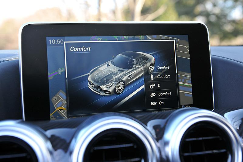 走行モードは「RACE」「Sport +」「Sport」「Comfort」「Individual」から選択可能