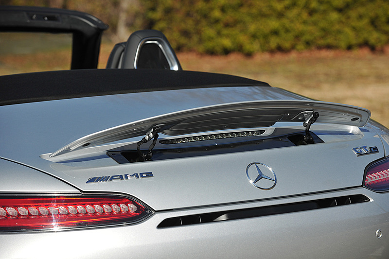 メルセデス AMG GT C ロードスターでは、マフラー内のエキゾーストフラップによりエグゾーストノートを切り替える「AMGパフォーマンスエグゾーストシステム」を標準装備。トランスミッションがC(Comfort)、S(Sport)モードのときはエグゾーストフラップを閉じ、S+(Sport Plus)とRACEモードではエグゾーストフラップが開く仕様。電動開閉式のリアスポイラーも装備