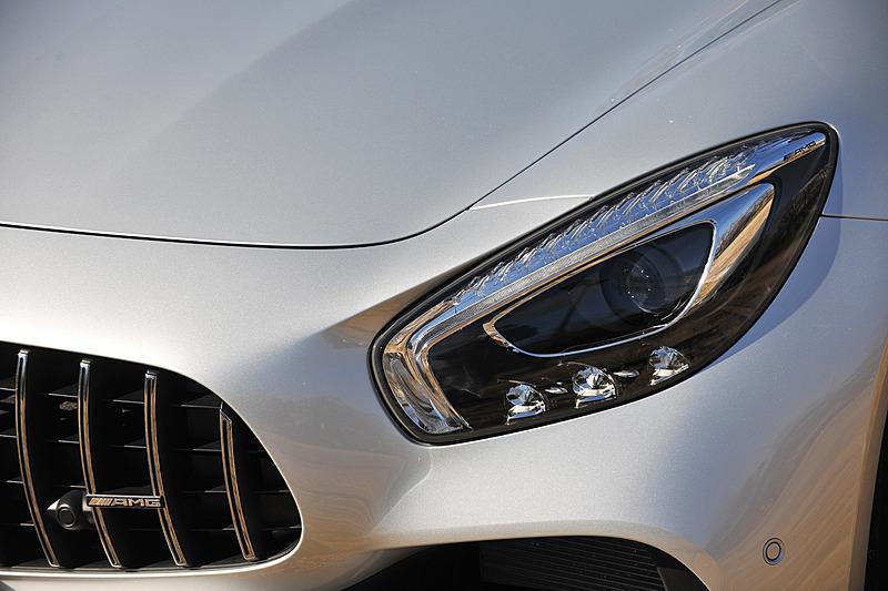 エクステリアでのハイライトは、クロームメッキを施した15本の垂直フィンが備わる「AMGパナメリカーナグリル」と、アルミニウム製サイドウォールによってAMG GTから57mm拡大されたワイドなリアフェンダー
