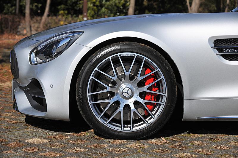 足まわりは電子制御ダンピングシステムを搭載した「AMG RIDE CONTROL スポーツサスペンション」を標準装備し、「C(Comfort)」「S(Sport)」「S+(Sport Plus)」と3種類のサスペンションモードを設定。ホイールはフロント19インチ(265/35 ZR19)、リア20インチ(305/30 ZR20)で、タイヤはコンチネンタル「スポーツコンタクト 6」を組み合わせる。その奥にはレッドキャリパーやベンチレーテッド式ドリルドディスク(フロント390mm、リア360mm)を備える強化コンポジットブレーキシステムが覗く
