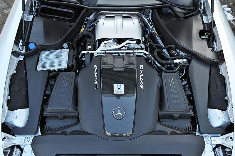 パワートレーンはV型8気筒DOHC 4.0リッター直噴ツインターボエンジンと7速DCT「AMG スピードシフトDCT」の組み合わせ。最高出力410kW(557PS)/5750-6750rpm、680Nm(69.3kgm)/1900-5500rpmを発生。0-100km/h加速は3.7秒とアナウンスされている
