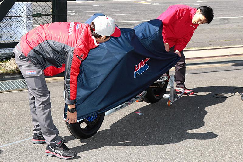 高橋選手と宇川監督がベールを外し、ニューカラーリングをファンの前で公開した