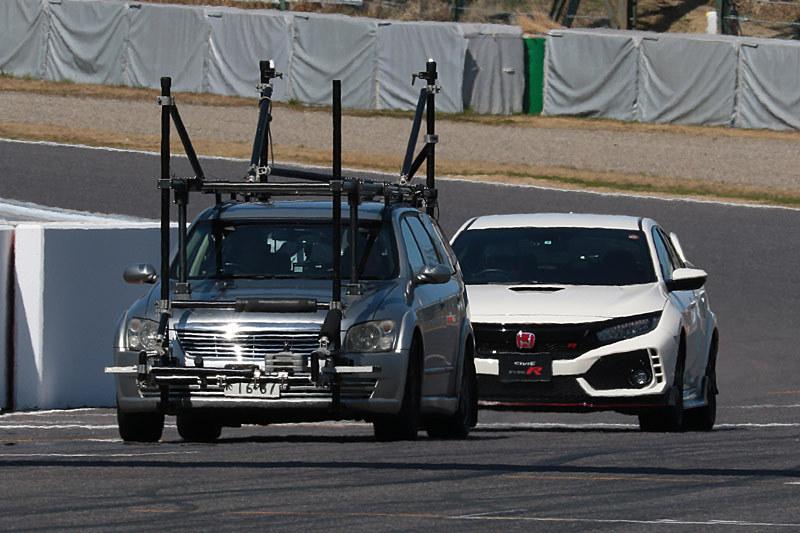 テール・トゥ・ノーズでストレートを抜ける撮影車とシビック・タイプR