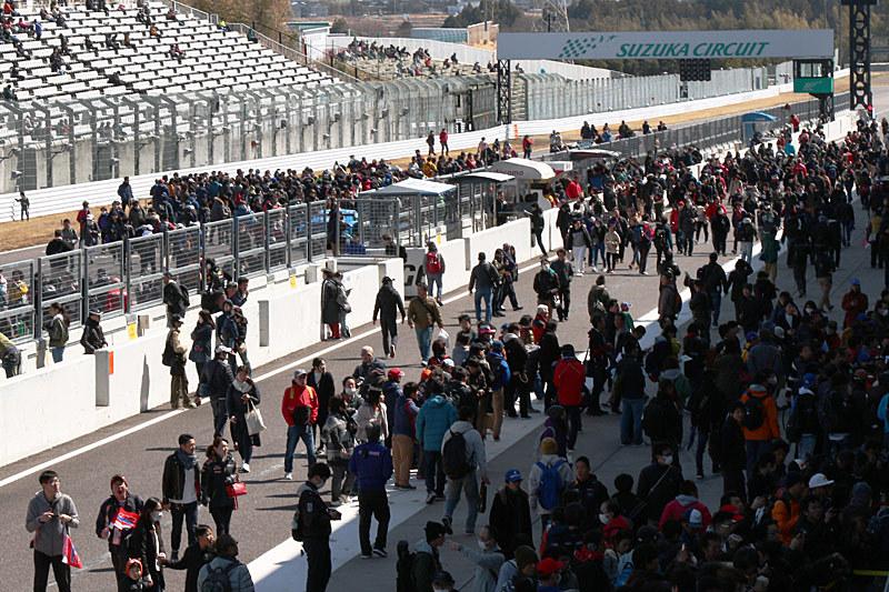 ピットロード、メインストレートに多くのファンが集まった