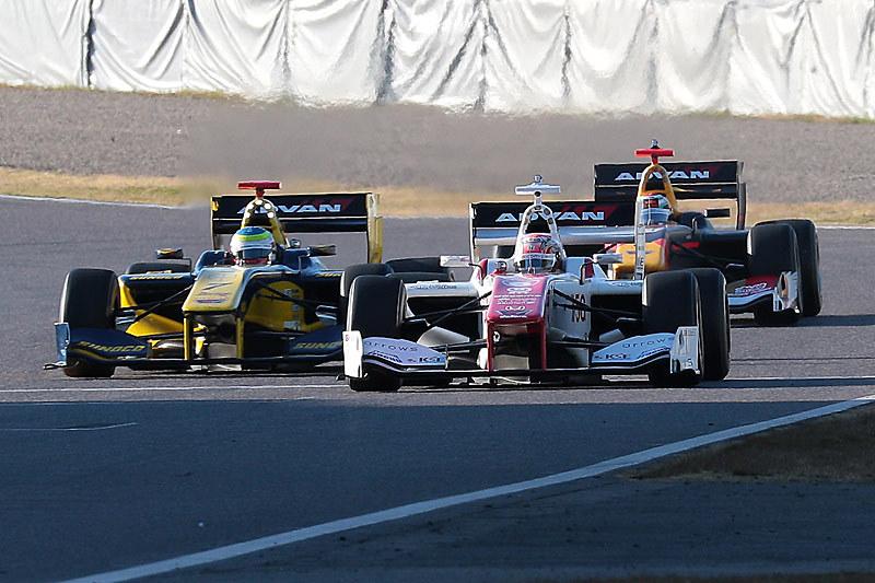 3台のSF14がコースを疾走した