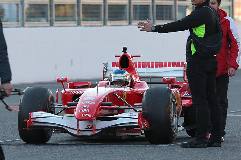 フェラーリ 248F1はジャン・アレジ氏がドライブするが、スタート直後に止まった
