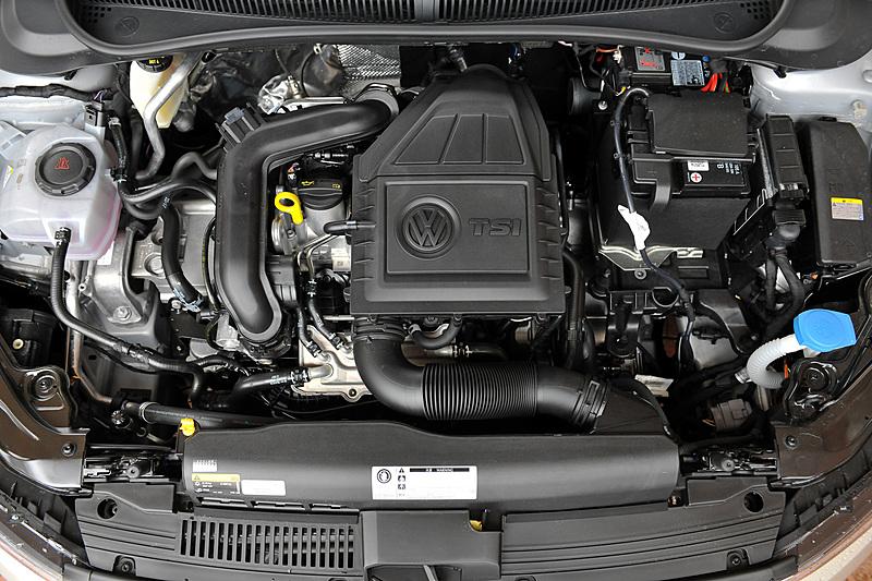 新型ポロが搭載する直列3気筒DOHC 1.0リッターターボエンジンでは最高出力70kW(95PS)/5000-5500rpm、最大トルク175Nm(17.9kgm)/2000-3500rpmを発生。JC08モード燃費については、先代の直列4気筒1.2リッターターボエンジン(90PS/160Nm)搭載モデルが22.2km/Lだったのに対して19.1km/Lとなっているが、実用レベルでは先代と遜色ない燃費値になると説明が行なわれている