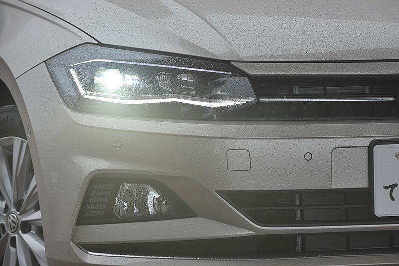 先代から65mm広く、10mm低くなったことでワイド&ローを強調するスタイリングに仕上がっているのも新型ポロの特徴。HighlineではLEDヘッドライト(オートハイトコントロール機能、LEDポジションランプ付)やフロントフォグランプ、オートライト機能が標準装備される