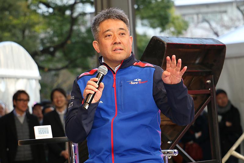 山本氏は10月に発売予定というEDFICEとホンダレーシングのコラボモデルについて説明。「ちょっと変わった初のベルト」を使っているという
