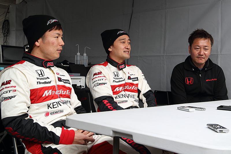 左から大津弘樹選手、道上龍選手、チョン・ヨンフン監督