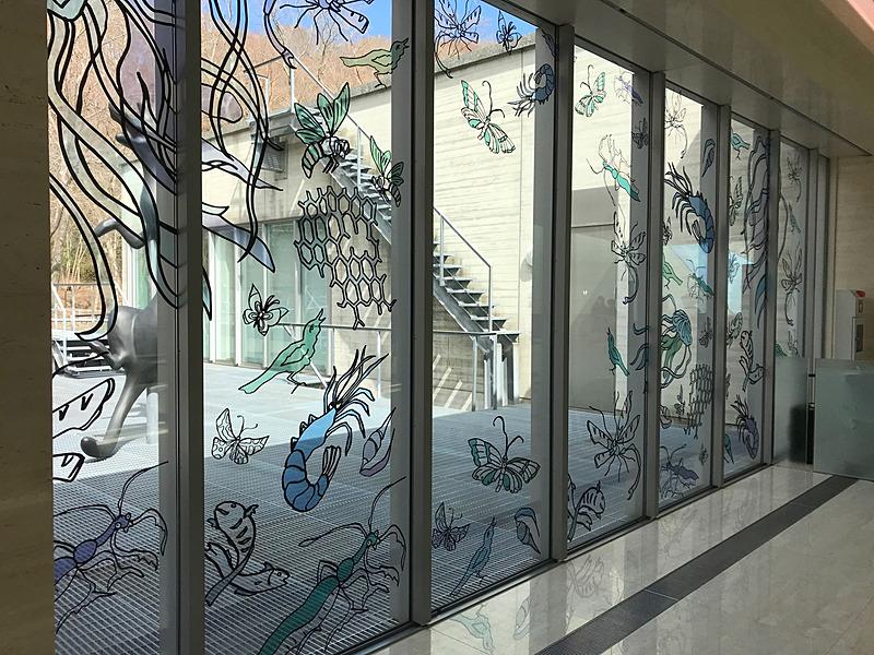 ポーラ美術館で2018年3月17日~7月16日まで展示されている「エミール・ガレ展」とのコラボレーションディスプレイ。niuさんの彫刻作品「しあわせな犬」もここから見えます。