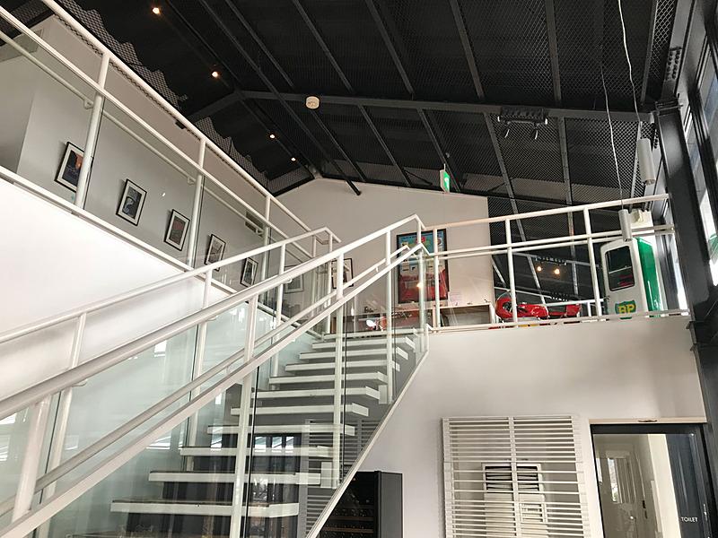 芦ノ湖畔にあるイタリアンレストラン「ラ・テラッツァ」の2階は、ちょっとマニアックなクルマグッズが。愛犬家の方にも人気のお店です。