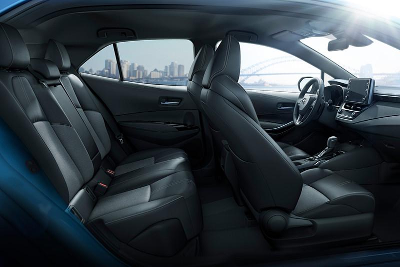 フロントシートのヒップポイントを下げてホールド性を追求した新開発スポーツシートを採用