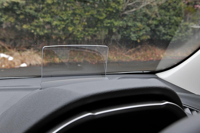 同社初採用のカラーヘッドアップディスプレイ。車速、シフトインジケータ、ナビ矢印といった情報を確認できる