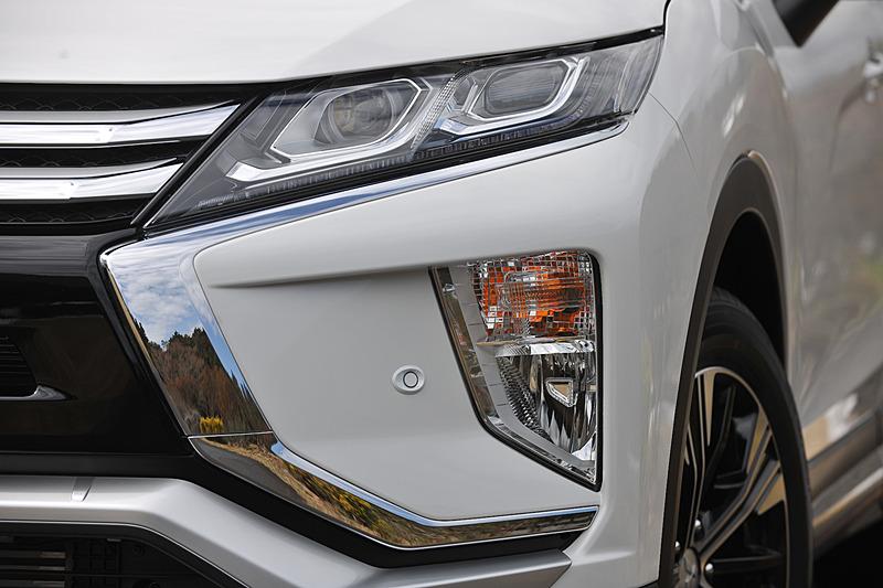 フロントまわりでは三菱自動車のフロントデザインコンセプト「ダイナミックシールド」を用いて力強さを表現するとともに、G Plus PackageではLEDヘッドライトなどを標準装備。足下は切削光輝仕上げの18インチアルミホイールと東洋ゴム「プロクセス R44」(225/55 R18)。また、エクリプス クロスでは「衝突被害軽減ブレーキ(FCM)」「車線逸脱警報システム(LDW)」「誤発進抑制機能(前進&後退)」を全車標準装備するとともに、G Plus Packageについてはレーダークルーズコントロールシステム(ACC)、後側方車両検知警報システム(レーンチェンジアシスト機能付、BSW/LCA)、後退時車両検知警報システム(RCTA)といった機能も標準で装備される