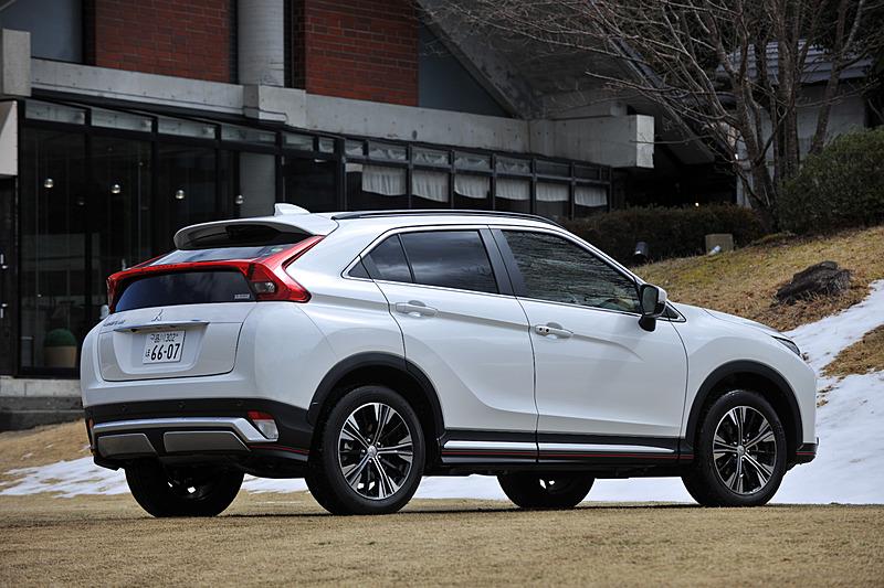 2017年12月22日に受注開始、3月1日に正式発売となった新型コンパクトSUV「エクリプス クロス」。車名は1989年から米国で販売していたスペシャリティクーペ「エクリプス」と、クロスオーバーの略である「クロス」を組み合わせたもの。今回試乗したのは最上級グレード「G Plus Package」の4WDモデル(309万5280円)で、ボディサイズは4405×1805×1685mm(全長×全幅×全高)、ホイールベースは2670mm