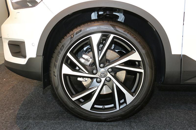 20インチのアルミホイールと245/45 R20サイズのピレリ「P ZERO」タイヤはT5 AWD R-Design 1st Editionに標準装備。そのほかのグレードでもオプション装着が可能