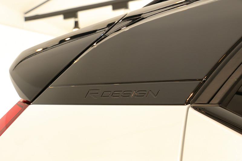 R-Designモデルは専用ブラックカラールーフによってスポーティテイストを表現。2WD(FF)モデルのT4とT4 Momentumには6万6000円高の「ホワイトカラールーフ」をオプション設定