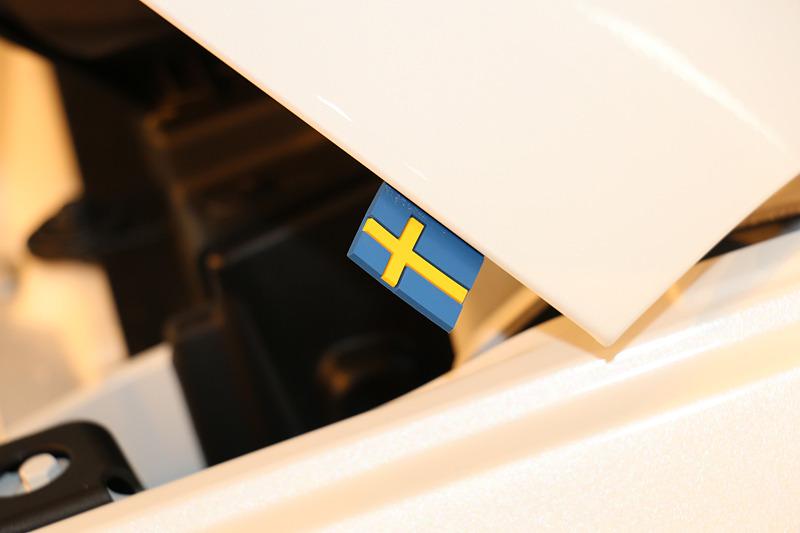 ボンネットの助手席側に両面テープで貼り付けられた樹脂製のスウェーデン国旗のアクセサリーは、限定車であるT5 AWD R-Design 1st Editionでも初期納車分のオーナーズマニュアル内にひっそり忍ばせられたサプライズプレゼントとのこと