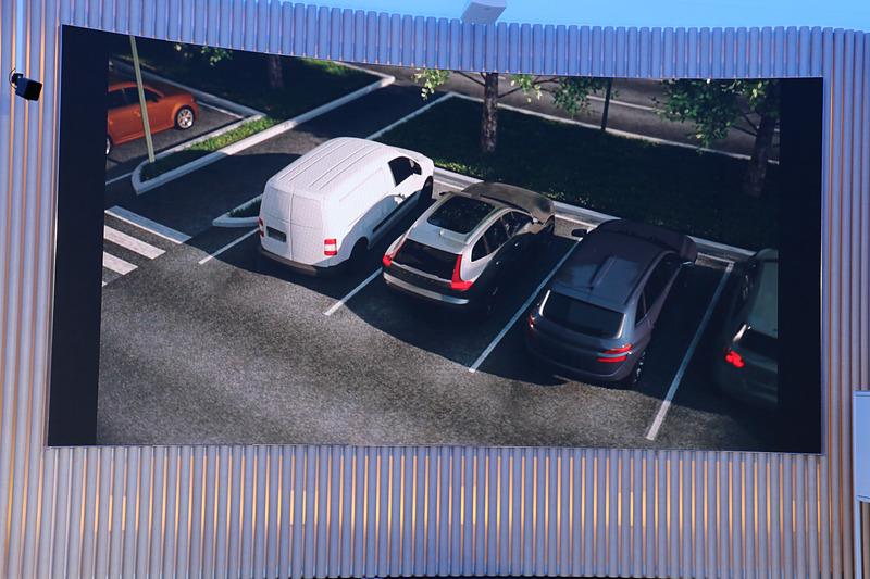 「オートブレーキ機能付CTA」の作動イメージ。これまでも行なってきた警告音による注意喚起に加え、オートブレーキの作動で衝突の危険性を低下させる