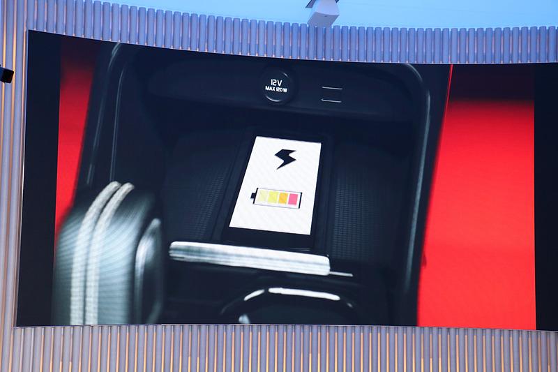「ワイヤレス・スマートフォン・チャージ」はInscriptionモデルに標準装備。そのほかのグレードでもオプション装着が可能