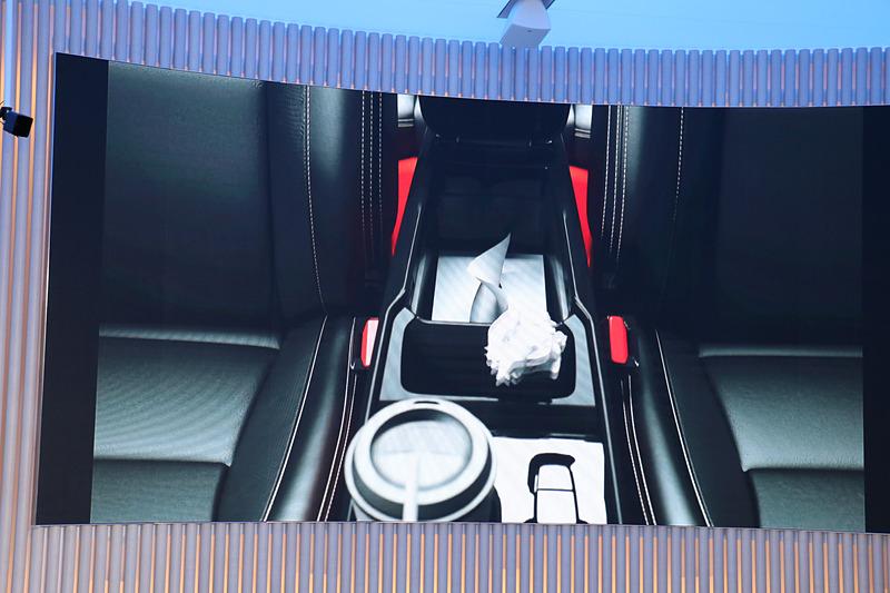 センターアムーレストの下にボックスティッシュも入る収納スペースを備え、その前方にダストボックスも用意する