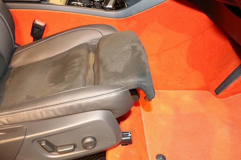フロントシートはボタン操作で座面が前後にスライドするほか、運転席の下には収納スペースが設定されている