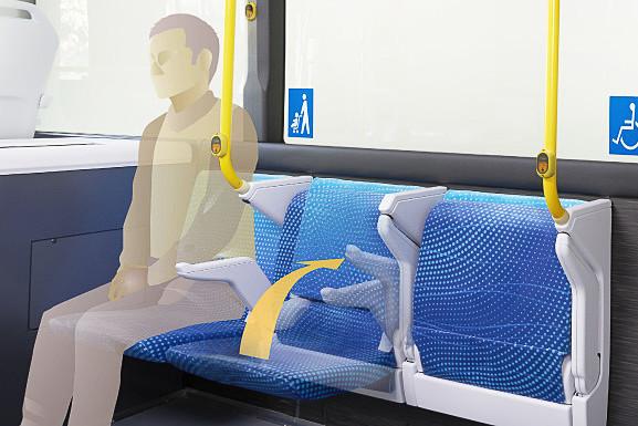 ベビーカーや車いす利用者と一般利用者の居住性を両立する「自動格納機構付き横向きシート」を日本初採用