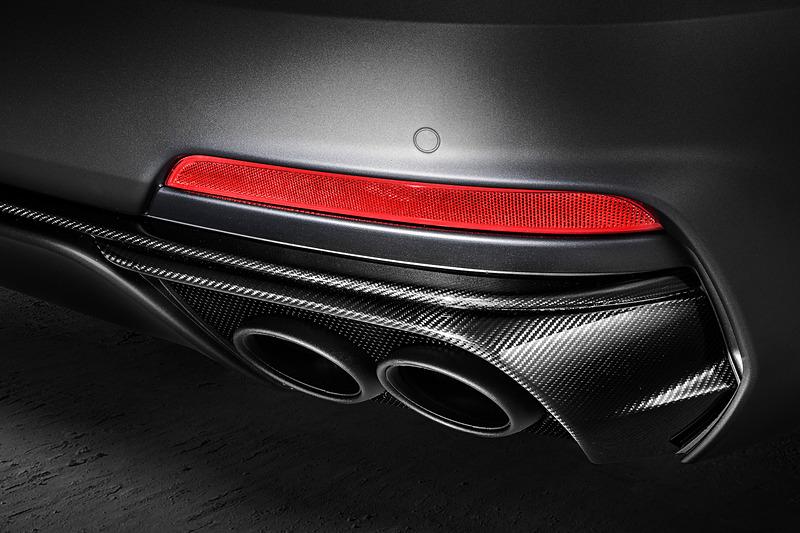 """外装では22インチの""""オリオン""""アロイホイールのほか、軽量なハイグロスカーボンファイバーのパーツを多用。刺激的なエンジンパフォーマンスを見た目でもアピールしている"""