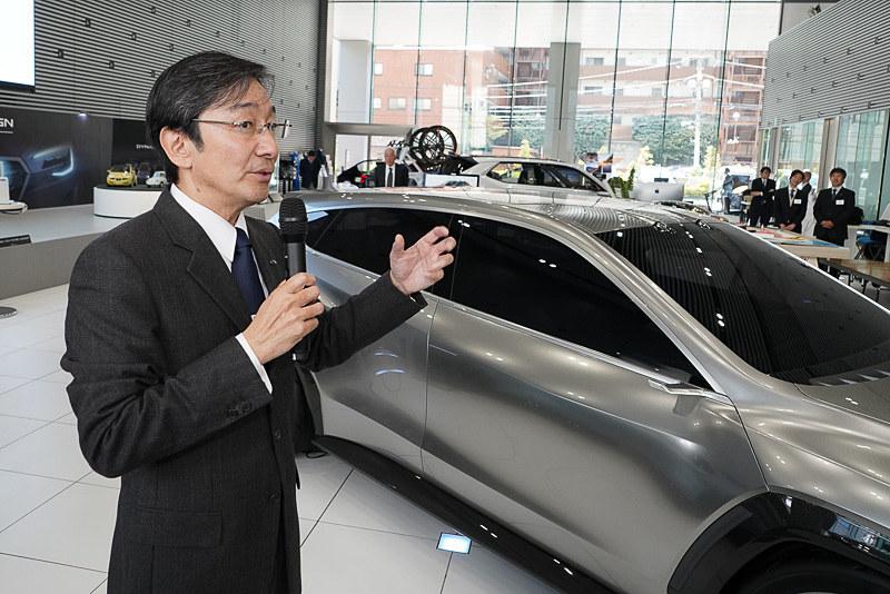 コンセプトカーを巡りながらデザインディテールを解説する石井デザイン部長