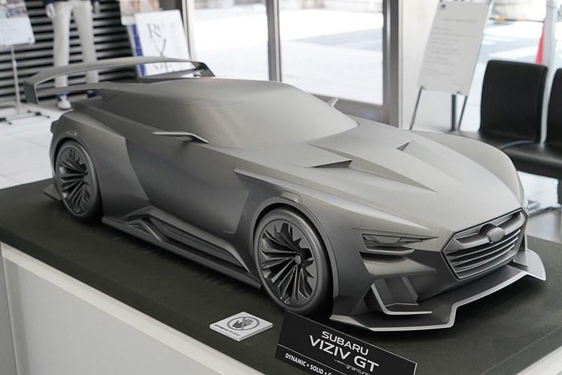 「SUBARU VIZIV GT」(2014年 1/4スケール)。ソニー プレイステーション3のビデオゲーム「GRAN TURISMO 6」のために開発したモデル。スバルが提案する、究極のオンロードモータースポーツのカタチ