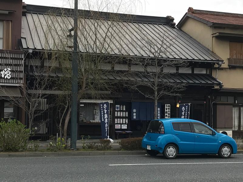 老舗のパン屋さん「柳屋ベーカリー」は昔ながらの日本情緒たっぷりの外観。駐車場がないので、近くのコインパーキングを利用してくださいね