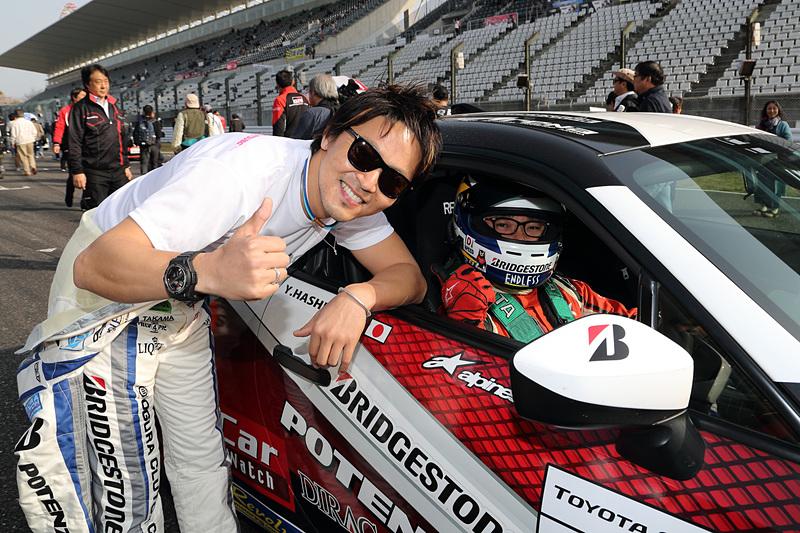 86/BRZ Raceのプロシリーズに参戦しており、POTENZA RE-12Dの開発も担当した佐々木雅弘選手(左)