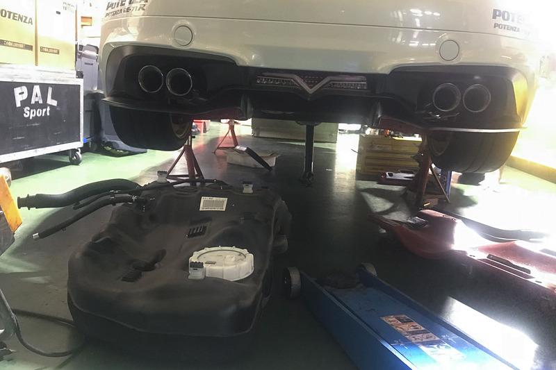 月曜日の練習走行後、レボリューションで燃料タンクなどを突貫工事で交換。パーツが間に合わず、レボリューションのデモカーから燃料タンクを外して使わせてもらうことになった