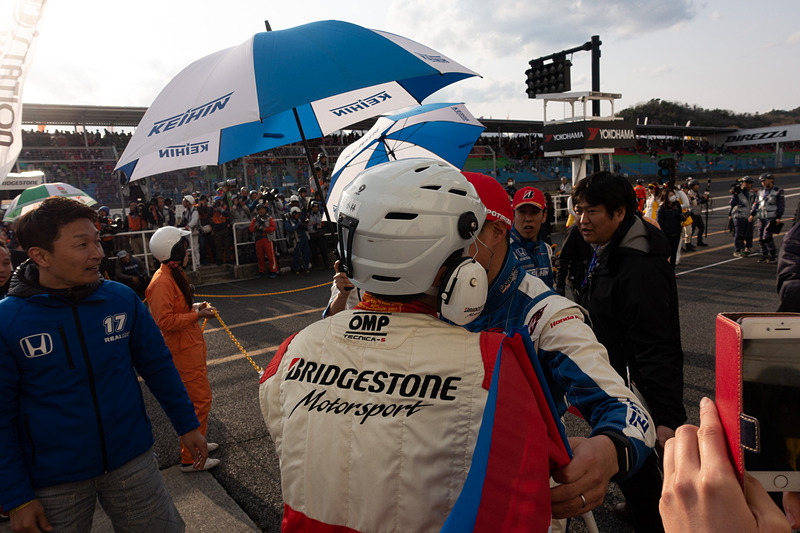 17号車 KEIHIN NSX-GTが装着するブリヂストンのスタッフとも勝利を喜び合う