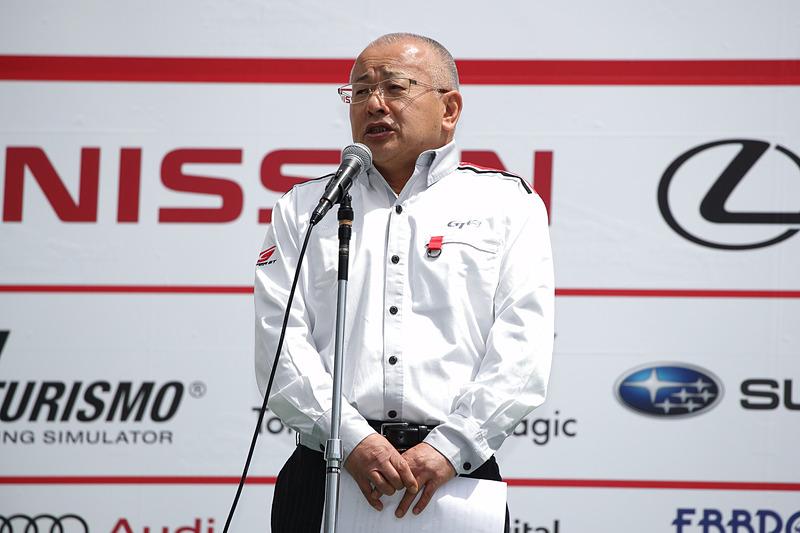 観客に向けてシーズンインの挨拶を行なう株式会社GTアソシエイション 坂東正明氏