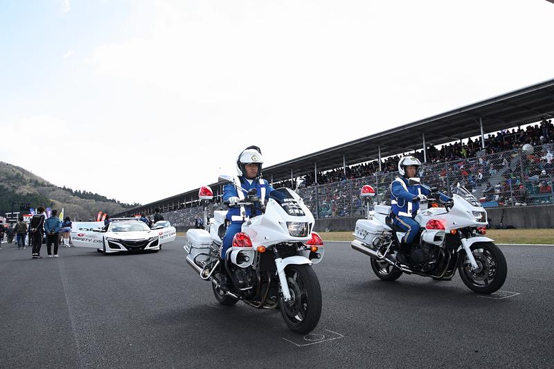 今回もパレードラップの先導は岡山県警の白バイ隊が務めた、安全運転を観客にアピール