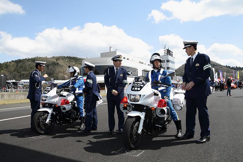 グリッドウォーク中には参加の警察官による記念撮影も行なわれた