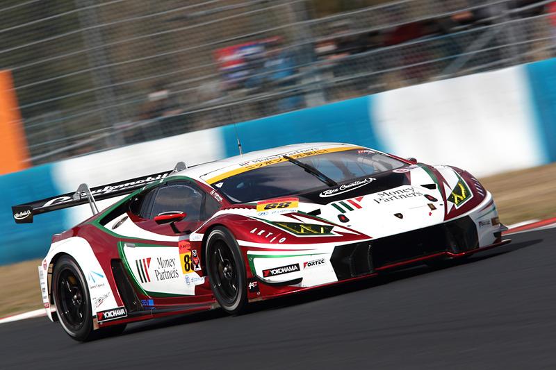 ポールからスタートした88号車 マネパ ランボルギーニ GT3(平峰一貴/マルコ・マッペリ組)だが、序盤で順位を下げる結果に