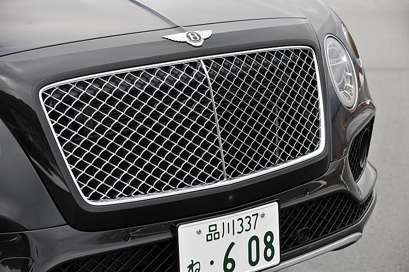 ベンテイガはベントレーのモデルとしてアルミモノコックボディを初採用。そのエクステリアでは丸目2灯タイプのヘッドライトを採用するほか、リアコンビネーションランプやフロントフェンダーのエアアウトレットなどにベントレーの「B」をモチーフにした造形を採用。撮影車のホイール&タイヤはオプション設定の22インチアルミホイールにピレリ「P-ZERO」(285/40 ZR22)の組み合わせ