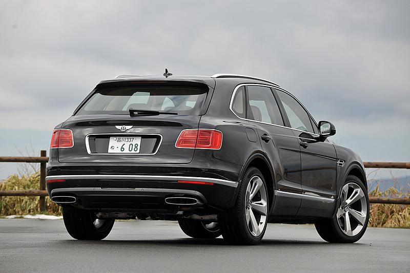 今回試乗したのはラグジュアリー性、スポーツ性能、オフロード性能、実用性を融合したというベントレーのSUV「ベンテイガ」。ボディサイズは5150×1995×1755mm(全長×全幅×全高)、ホイールベースは2995mm、車両重量は2530kgというヘビー級モデル。価格は2739万円