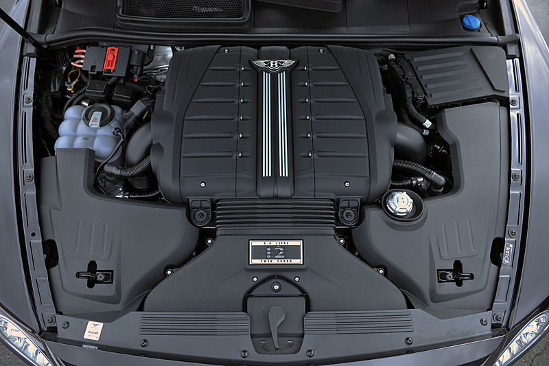 ベンテイガが搭載するW型12気筒6.0リッターツインターボエンジンは、最高出力447kW(608PS)/6000rpm、最大トルク900N・m/1350-4500rpmを発生。8速ATを介して4輪を駆動し、0-100km/h加速4.1秒、最高速301km/hをマーク