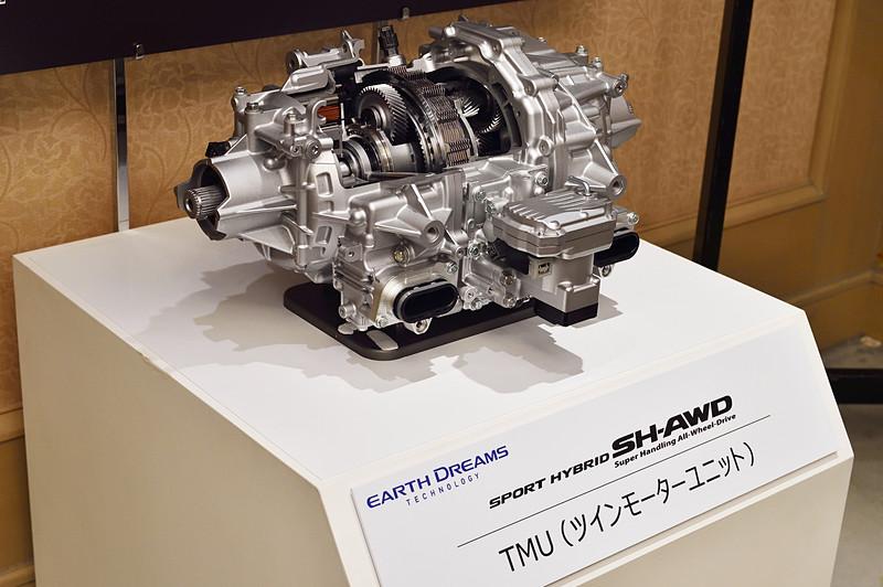 「スポーツ ハイブリッド SH-AWD」のリア側に使われている「TMU(ツインモーターユニット)。左右対称に配置したモーターをワンウェイクラッチ、減速機構などで接続し、左右のトルクを自在に配分する
