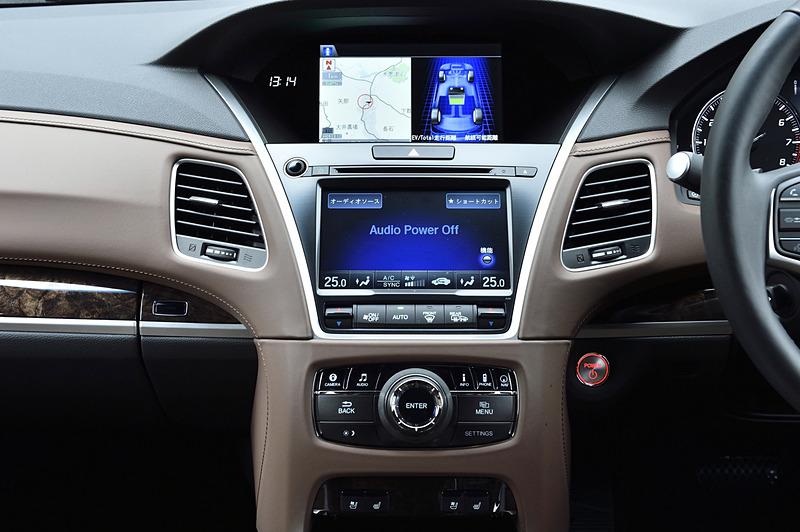 インパネ上段の8.0型ワイドVGAディスプレイはカーナビの地図表示、スポーツ ハイブリッド SH-AWDの作動状況などを表示。下段の7.0型タッチディスプレイはカーナビ、オーディオ、エアコン、ハンズフリーフォンなどを大型のアイコン表示で操作する「オンデマンド・マルチユース・ディスプレー」となっている