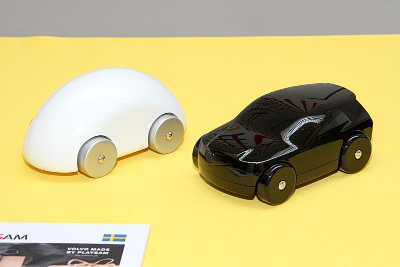こちらは高級木製玩具メーカー「PLAYSAM(プレイサム)」のクルマ型玩具。PLAYSAMのデザインチームとXC90のデザイナーが試行錯誤して開発した製品という