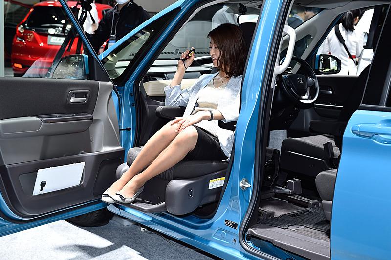 フリード 助手席リフトアップシート車