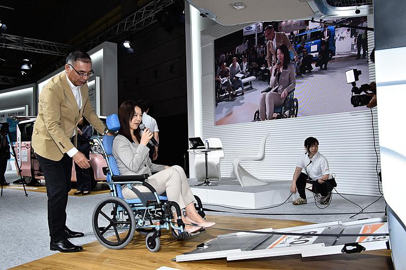 初日の4月19日には、Car Watchでも試乗インプレッションやコラムの執筆を担当しているモータージャーナリストのまるも亜希子氏がゲスト参加。N-BOXの開発者である白土清成氏とのトークショーも実施された