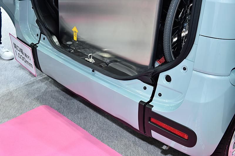 スペーシア 車いす移動車は、車両後方にリアバンパーと一体で可動する「テールゲート一体型スロープ」を装備