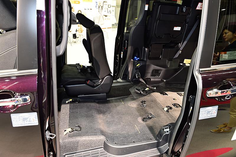 運転席の後方のみにセカンドシートを設定し、跳ね上げ格納式のサードシートを採用して2つの車いす搭載に対応する